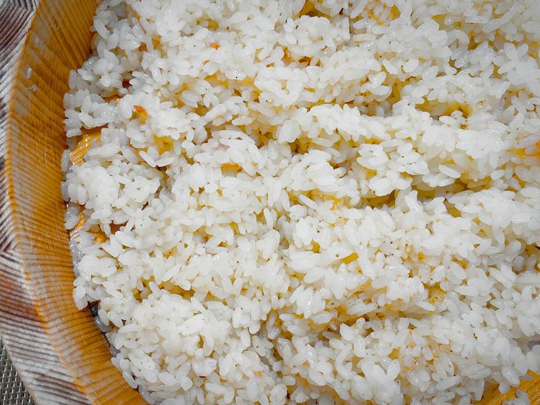 梅干し、煎りごまを混ぜ合わせた酢飯