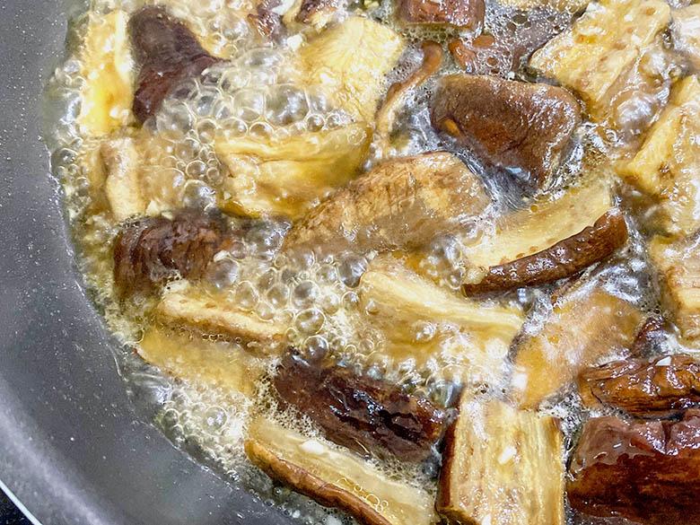 みりん、淡口醬油、濃口醬油、砂糖を入れて煮込む