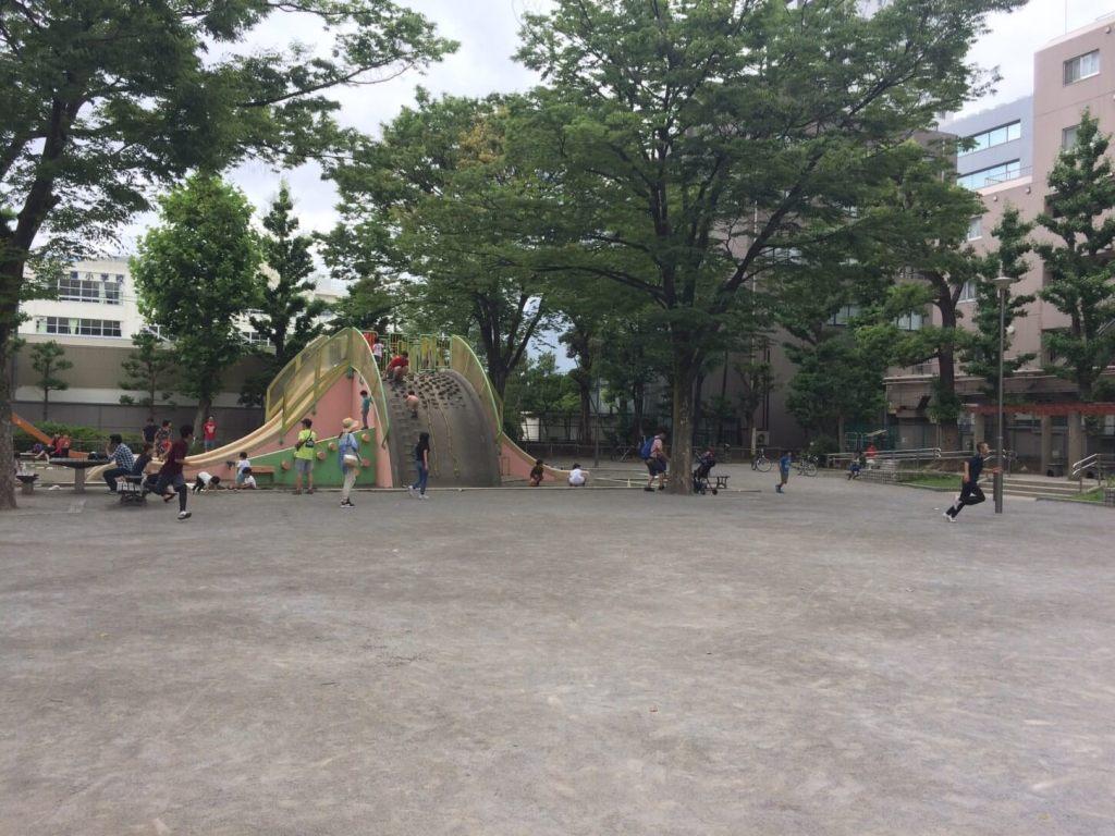 広場にある大きなすべり台