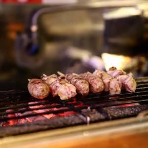 焼き台に並ぶ焼き鳥