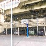【油堀川公園多目的広場】高架下で雨の日でも遊べるバスケットゴールのある門前仲町一丁目の公園