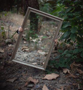 森の中・鏡