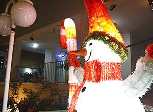 Decoração de Natal em prédio de Perdizes (Daniel Marenco/Folhapress)