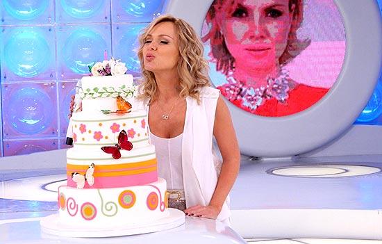 Eliana apaga as velas do bolo do aniversário de 38 anos