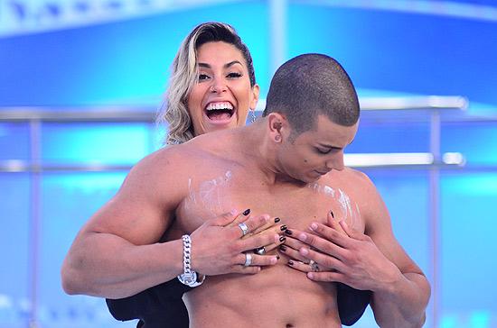Dani Bolina, que teve de agarrar um Ricardão após o marido dela, Mateus Verdelho, errar uma resposta no quadro