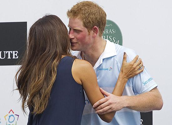O príncipe Harry recebe um beijo na bochecha da top brasileira Fernanda Motta