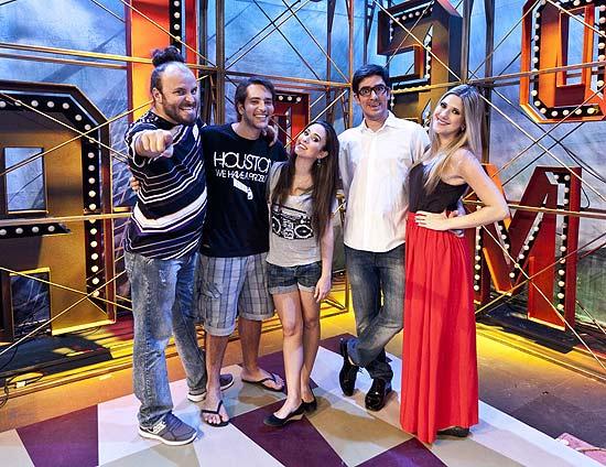 """Paulinho Serra, Bento Ribeiro, Tatá Werneck, Marcelo Adnet e Dani Calabresa no cenário do novo """"Comédia MTV"""""""