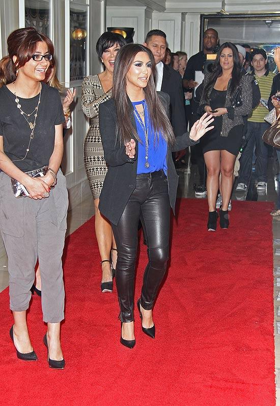 Kim Kardashian antes de ser atingida por farinha
