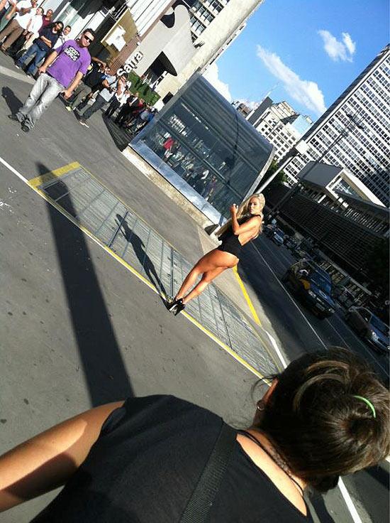 """Aryane posa para a """"Playboy"""" no meio da rua"""