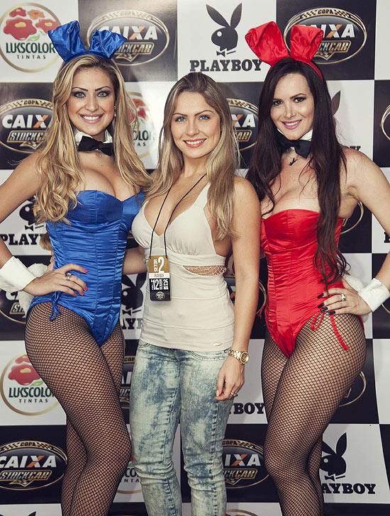 """Renata ao lado das coelhinhas da """"Playboy"""""""