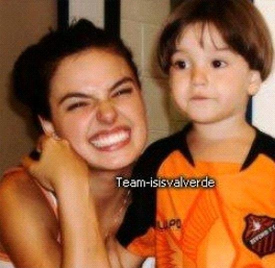 Isis Valverde tirou uma foto com o ator que seria o filho de Suelen