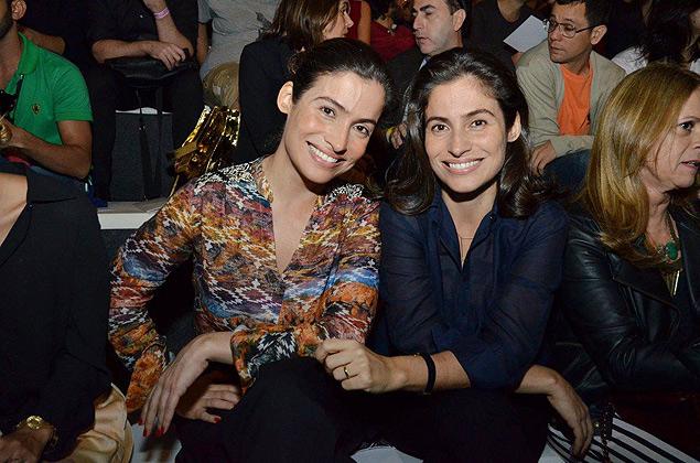 Renata Vasconcellos (à esq.) e sua irmã gêmea, Lanza Mazza, na primeira fila do desfile Andrea Marques no Fashion Rio