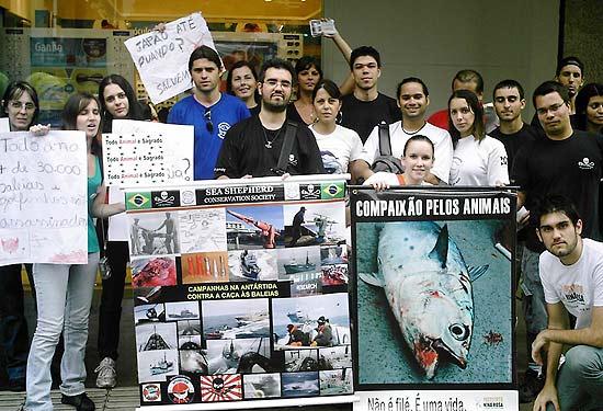 O grupo Sea Shepherd protesta contra a caça às baleias, golfinhos e tubarões praticada pelo Japão, em frente ao seu consulado
