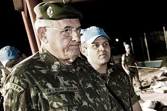 O ex-ministro da Defesa Nelson Jobim durante visita a instalação brasileira no Haiti; ele deixou o cargo no início do mês