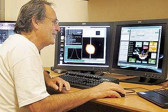 Astrônomo Augusto Damineli, em sala de controle do Soar; ele já estava em La Serena se preparando para o evento havia um mês