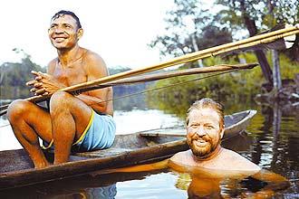 Daniel Everett no rio Maici, Amazonas, com um pescador pirahã; americano conta como tribo o transformou em cientista ateu