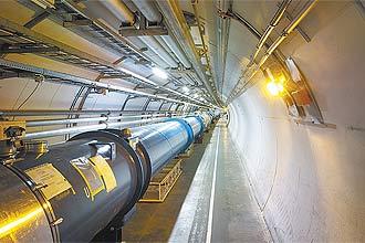 Duto com ímãs restaurados em 2009 corre por trecho do túnel do LHC  que havia sido danificado durante a pane ocorrida em 2008