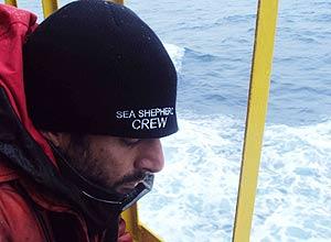 O nutricionista George Guimarães, voluntário em expedição da Sea Shepherd na Antártida, trabalha instalando grades de proteção em convés de navio