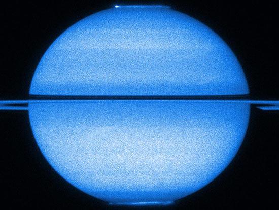 Campo magnético de Saturno não é distribuído igualmente; no norte, ele é menor e mais intenso que no sul