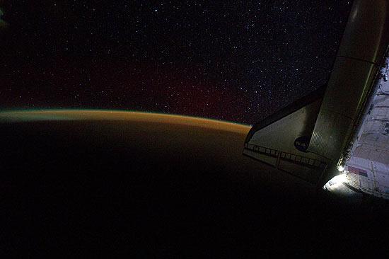 Imagem tirada por astronautas quando o ônibus espacial Endeavour ainda se encontrava acoplado à ISS