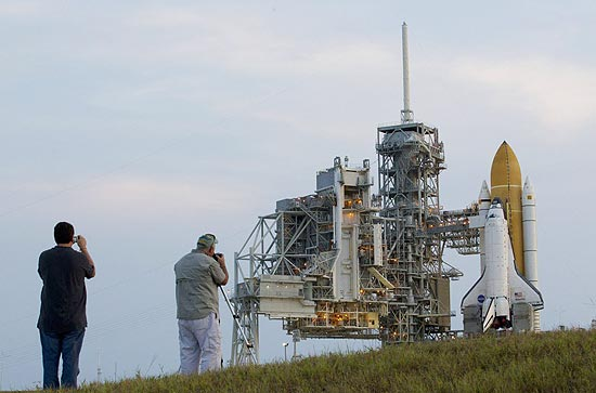 Homem tira foto do Atlantis que já se encontra na plataforma de lançamento na Flórida; voo será em 8 de julho