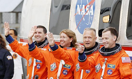 Tripulação pouco antes do embarque no ônibus espacial; da esq.: Walhiem, Magnus, Hurley e Ferguson (Foto: Gary Hershorn / Reuters)