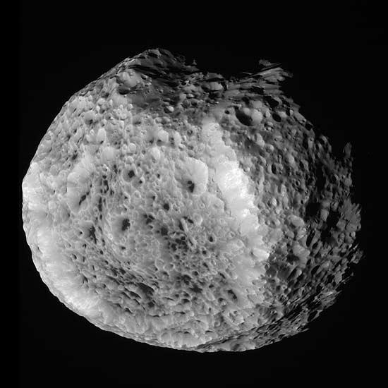 Uma das luas de Saturno, a Hyperion tem apenas 270 km de diâmetro; esta é a segunda vez que a Nasa fotografa o objeto