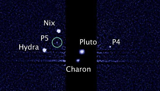 Imagem do telescópio Hubble mostra as cinco luas que orbitam Plutão; a mais nova, P5, está em destaque
