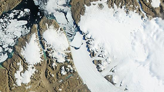 Imagem capturada pelo satélite Aqua, da Nasa, mostra uma rachadura (ao centro)na geleira Petermann, na Groenlândia; um iceberg com duas vezes o tamanho da ilha de Manhattan (EUA), desprendeu-se