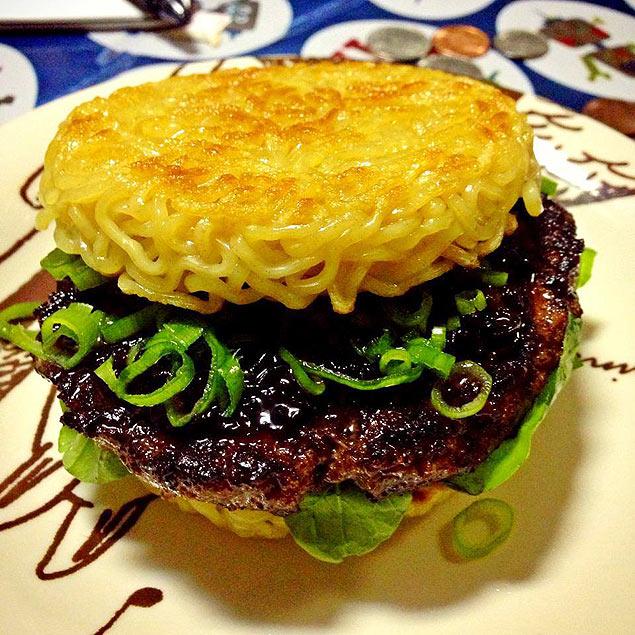 O ramen burger feito por Keizo Shimamoto