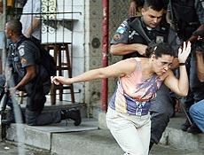 População no meio dos confrontos no complexo do Alemão, zona norte do Rio.