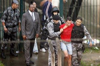 Lindemberg Fernandes Alves sai de apartamento após manter a ex-namorada refém por cem horas em Santo André, Grande SP