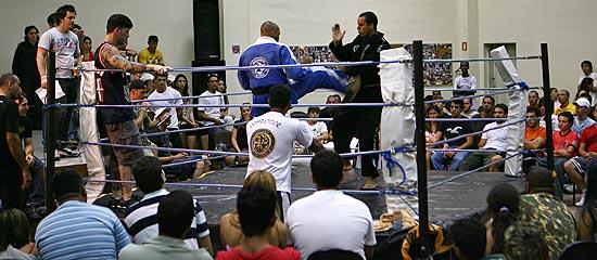 Lutadores participam de torneio de vale-tudo na Renascer em Alphaville (Grande SP)