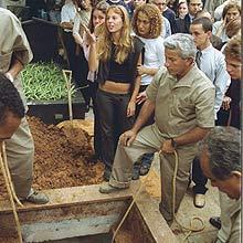 Suzane von Richthofen (de preto), durante o enterro dos pais, em São Paulo, em 2002