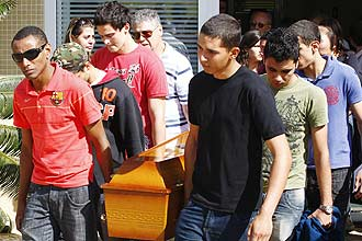 Amigos e familiares se emocionam no enterro de Ariel Toroni Avelar, 19, em Campinas; outras três vítimas também foram enterradas