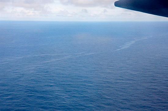 Imagem divulgada pela Aeronáutica em local de buscas ao Airbus mostra mancha de óleo no Atlântico