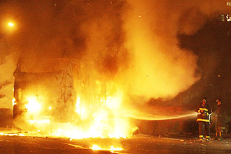 Manifestantes ateiam fogo em veículos em protesto contra morte de garota em favela de SP; bombeiros são recebidos a pedradas