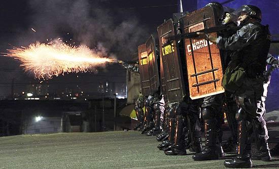 Polícia entra em confronto com moradores da favela de Heliópolis, em SP, durante protesto contra morte de jovem