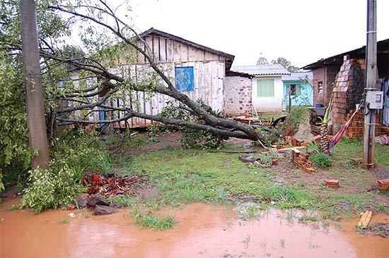 Um vendaval danificou centenas de residências na noite de segunda-feira em Abelardo Luz, cidade de SC