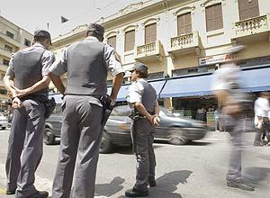 PMs de folga fazem ronda na rua 25 de Março no centro da cidade; a carga horária excedente é paga pela prefeitura