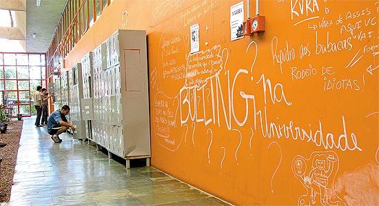 """""""Bulling (sic) na universidade"""", escrito em mural da Unesp; em """"brincadeira"""" alunas eram chamadas de gordas"""