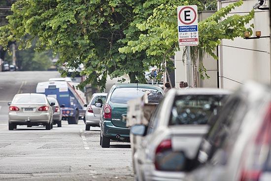 Carros parados em vagas de zona azul da rua Ministro Gabriel Rezende, na região de Moema, na zona sul de SP