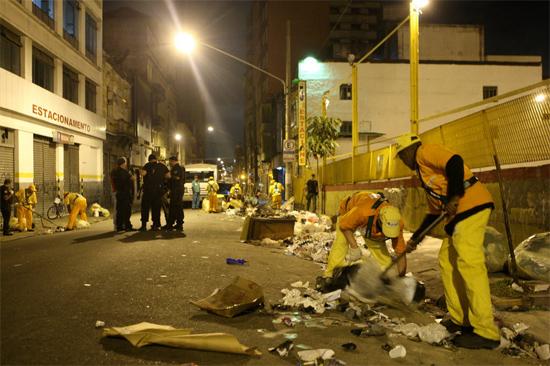 Garis fazem a limpeza da rua dos Gusmões após operação policial na região da Cracolândia
