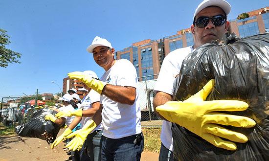 Funcionários de empresas de limpeza e frequentadores de um parque no Distrito Federal participam de mutirão