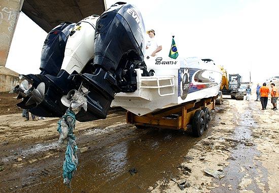 Com hélices envoltas em sujeira, lancha é retirada das águas do rio Tietê