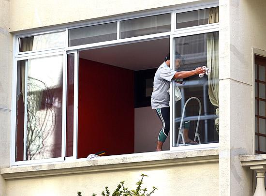 Mulher limpa janela do primeiro andar de um apartamento na Rua Baronesa de Itu, em Higienópolis, SP