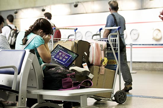 Passageiro no aeroporto de Cumbica, em Guarulhos (SP), onde a rede Wi-Fi anunciada não estava disponível