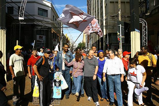 O candidato a prefeito de Ribeirão pelo PT, João Gandini, em campanha com militantes com bandeiras