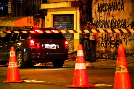 Policiais militares isolam local onde PM à paisana foi morto por policiais civis na rua Jequirituba, no Grajaú, zona sul de SP