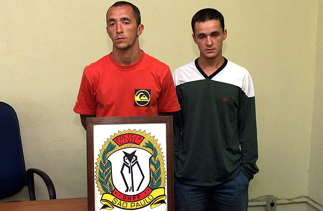 Os irmãos Cristian (à esq.) e Daniel Cravinhos no DHPP (Departamento de Homicídios e de Proteção à Pessoa), em 2002